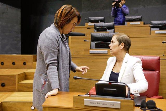 Uxue Barkos y Ainhoa Aznárez en el Parlamento de Navarra.
