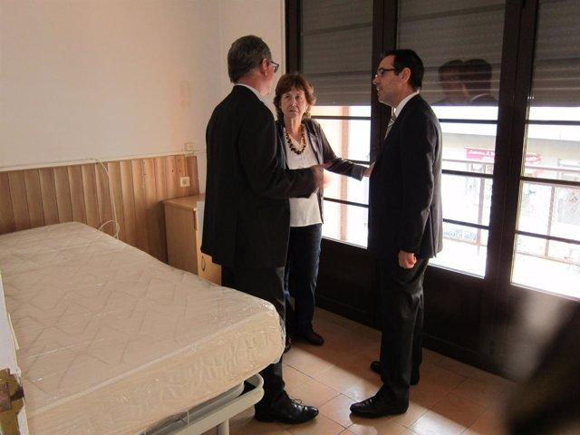 J.Fornt, C.Trilla y C.Sala en una habitación de la Casa Bloc que rehabilitarán