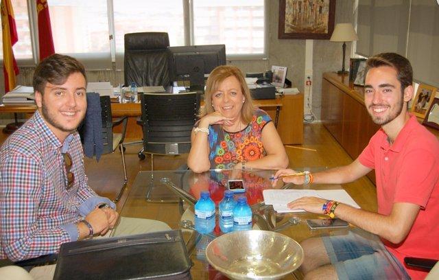 La consejera de Educación y Universidades junto a representantes de Feremur