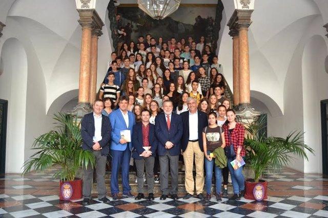 Blanco (centro), junto a responsables educativos y alumnos
