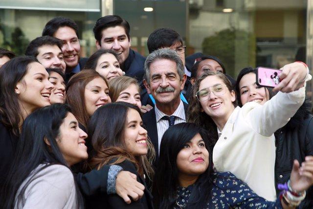 Revilla con los estudiantes del programa // Revilla selfie // Revilla con gente