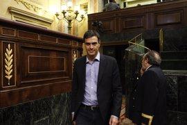 Pedro Sánchez pasa por el Congreso en medio de rumores sobre sus planes en la investidura