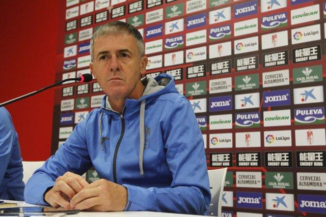 Lucas Alcaraz en rueda de prensa con el Granada