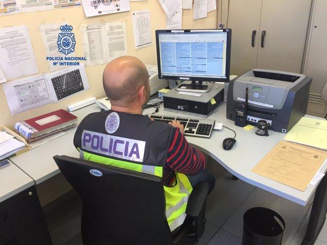Un Policía rastra un ordenador