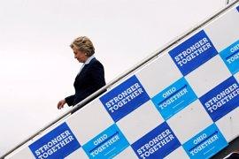 El equipo de Clinton reprocha al FBI que investigue de nuevo a la candidata a pocos días de las elecciones