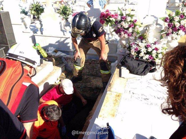 Rescate a una mujer en el cementerio de Sevilla