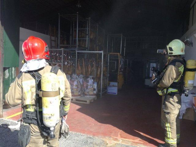 Incendio en una nave industrial de embutidos de Coria del Río (Sevilla)