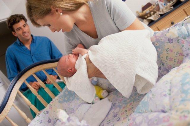 Acostar a los bebés, dormir, errores de los padres, bebé en cuna