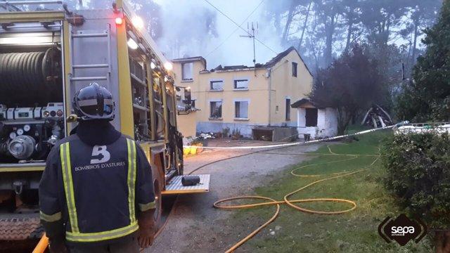 Incendio urbano en El Franco.
