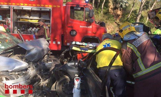 Bomberos trabajando en un accidente de tráfico