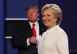Clinton aventaja a Trump en gasto publicitario mientras se agotan los mecenas del magnate
