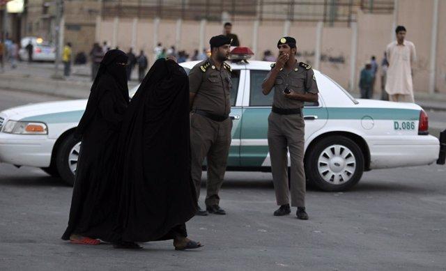 Policías en Riad, Arabia Saudí