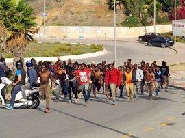 Se elevan a 32 los inmigrantes hospitalizados en Ceuta tras saltar la valla más de 200