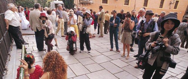 Turistas japoneses en el centro de Granada