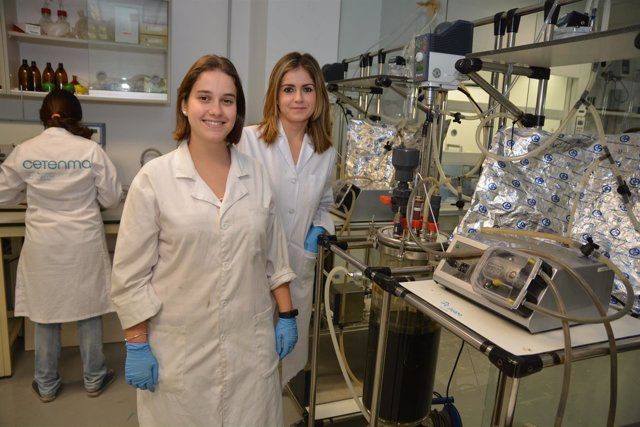 Bárbara Canovas, a la izquierda, junto a María José Escasaín