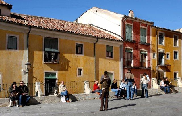 Turistas en la plaza mayor de Cuenca