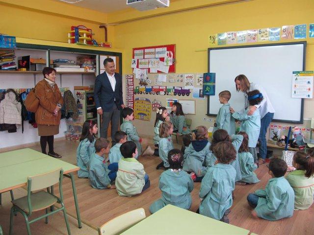 Escobar y Corral, durante la visita al centro escolar