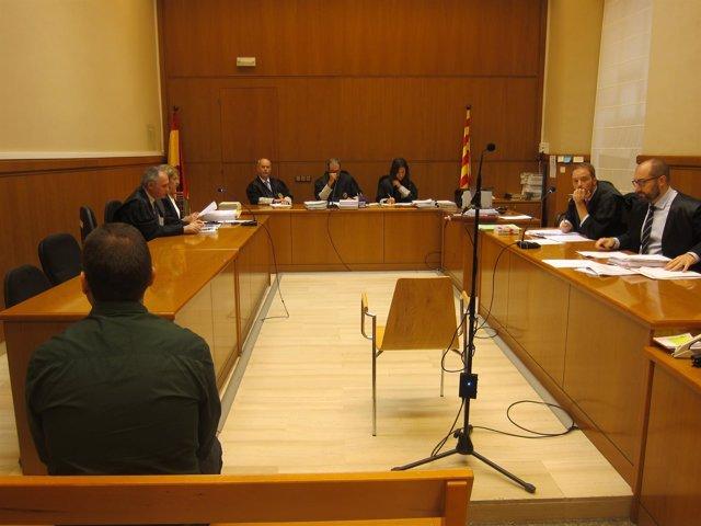 Juicio a un policía local de Badalona acusado de agredir a un menor