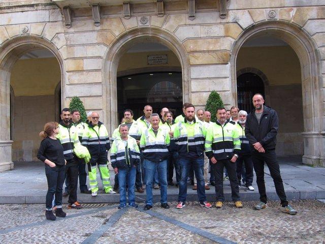 Alonso (XSP), Castaño (IU) y trabajadores del contrato de conservación viaria.