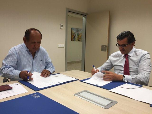 El Dr. Abarca Cidón y el Dr. Gomero, durante la firma