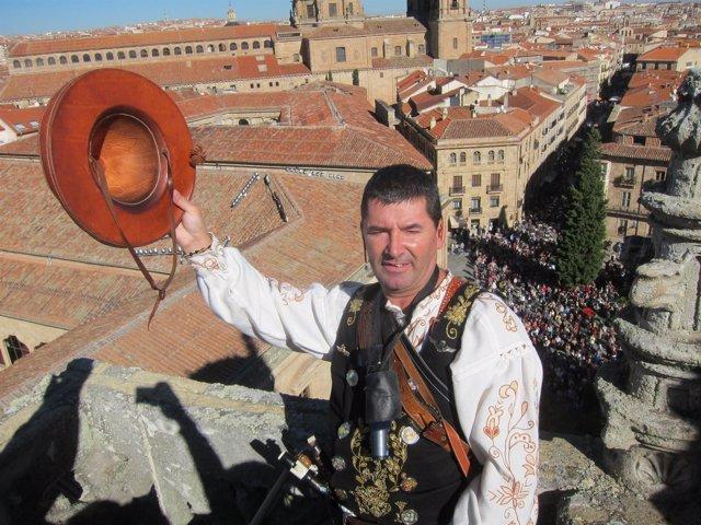'El Mariquelo' Saluda Desde Lo Alto De La Catedral De Salamanca