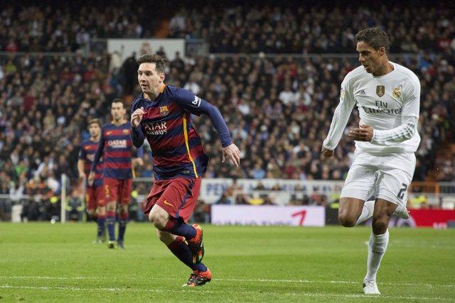 Leo Messi y Varane en el Real Madrid - Barcelona