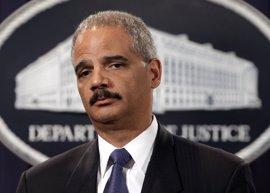 """El exfiscal general Eric Holder insta al director del FBI a corregir su """"error"""""""