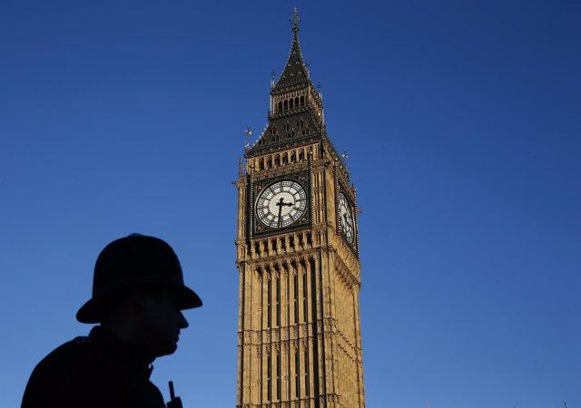Un policía británico junto al Big Ben de Londres