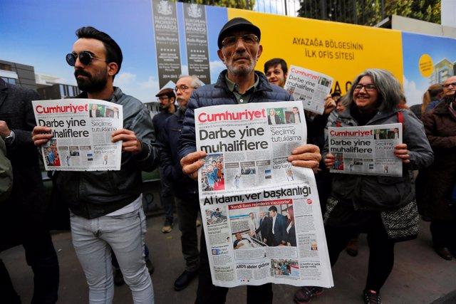 Manifestantes posan con el periódico 'Cumhuriyet'