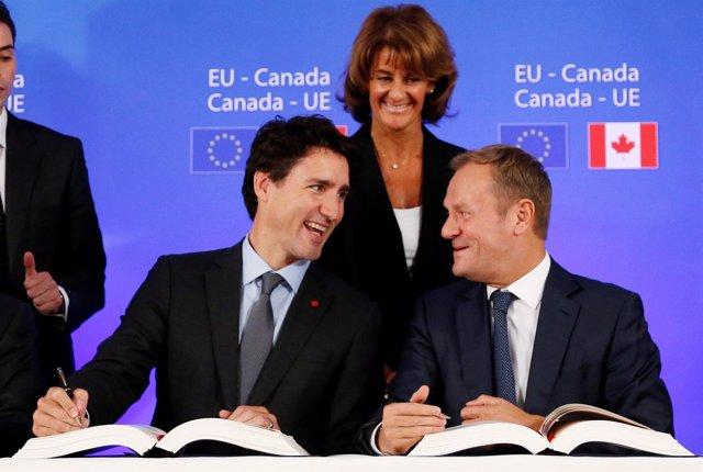 Firma de acuerdo CETA - Justin Trudeau, Donald Tusk