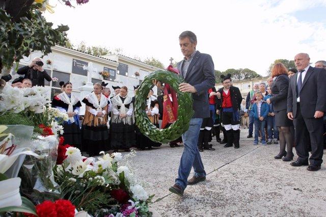 Ofrenda floral de Xulio Ferreiro en A Coruña