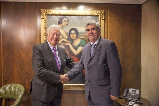 El presidente de Caja Rural del Sur firma un convenio con una cooperativa