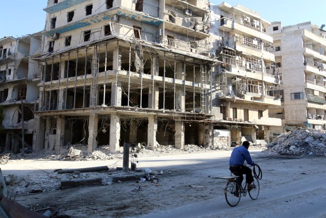 Una calle destruida por los ataques en la zona rebelde de Alepo