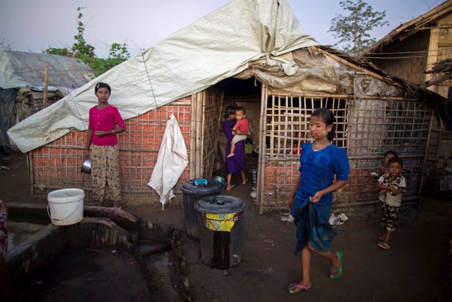 Niños de la minoría Rohingya en un campamento de refugiados en Sitttwe