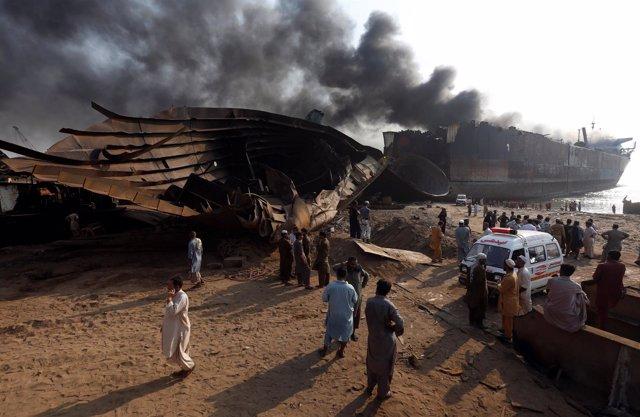 Explosión en un muelle petrolero cercano a Karachi
