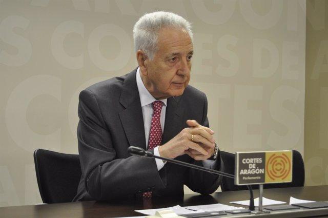 El diputado del PP, Modesto Lobón, en rueda de prensa en las Cortes