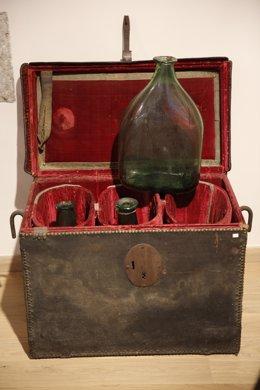 Arcones con garrafas de vidrio del XVI usados para transportar santos óleos