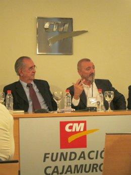 Arturo Pérez-Reverte junto al vicepresidente de Fundción Cajamurcia, Juan Roca