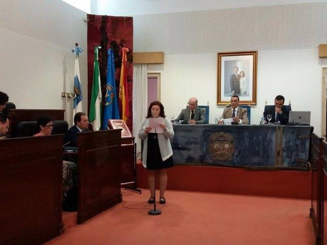 Ruth Ortiz lee una declaración institucional en el pleno de Diputación de Huelva