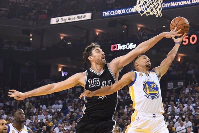 Pau Gasol intenta taponar a Curry en el Warriors-Spurs