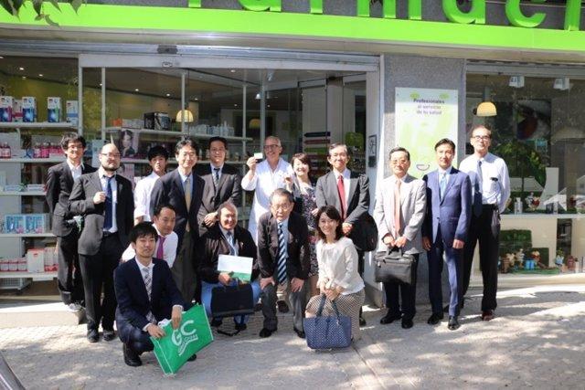 Visita de una delegación japonesa a una farmacia de Sevilla