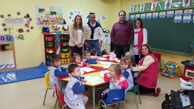 Ruiz (izda.), durante su visita a un colegio de Villanueva del Rey