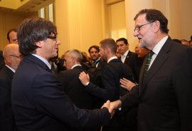 Puigdemont llama a Rajoy para felicitarle por la investidura