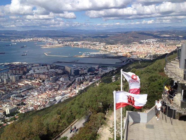 Vista general de Gibraltar con banderas