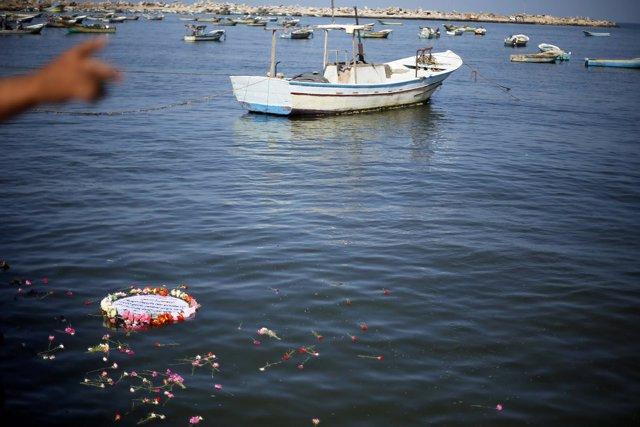 Corona de flores a modo de homenaje tras naufragio de una barcaza en Lampedusa