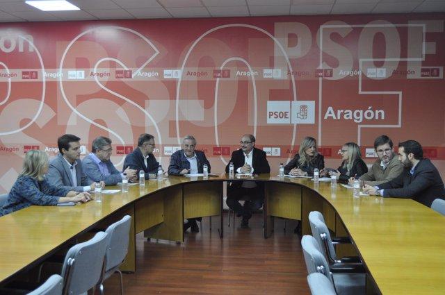 Javier Lambán con los diputados al Congreso y senadores del PSOE Aragón.
