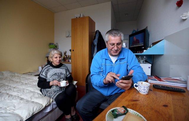 Una pareja de inmigrantes en un centro de alojamiento de Bautzen.