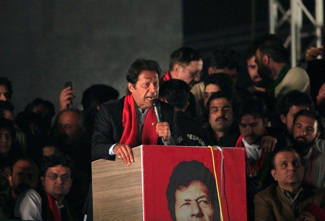 El líder opositor paquistaní Imran Jan ante miles de seguidores