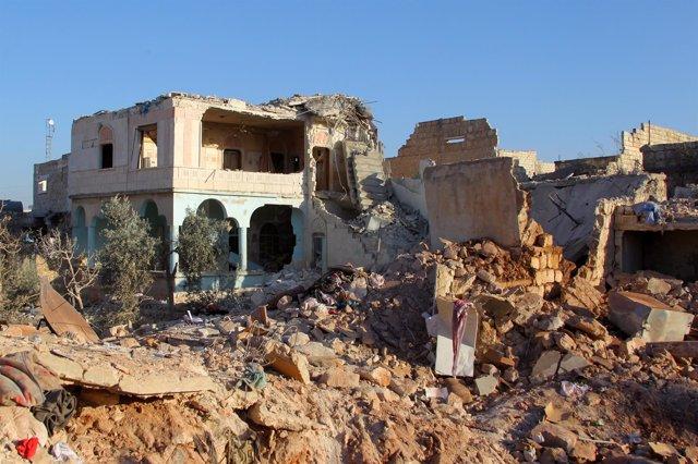 Efectos de un ataque aéreo en un barrio rebelde de Alepo