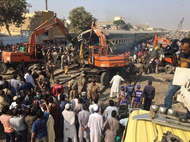 Choque de dos trenes de pasajeros en Pakistán